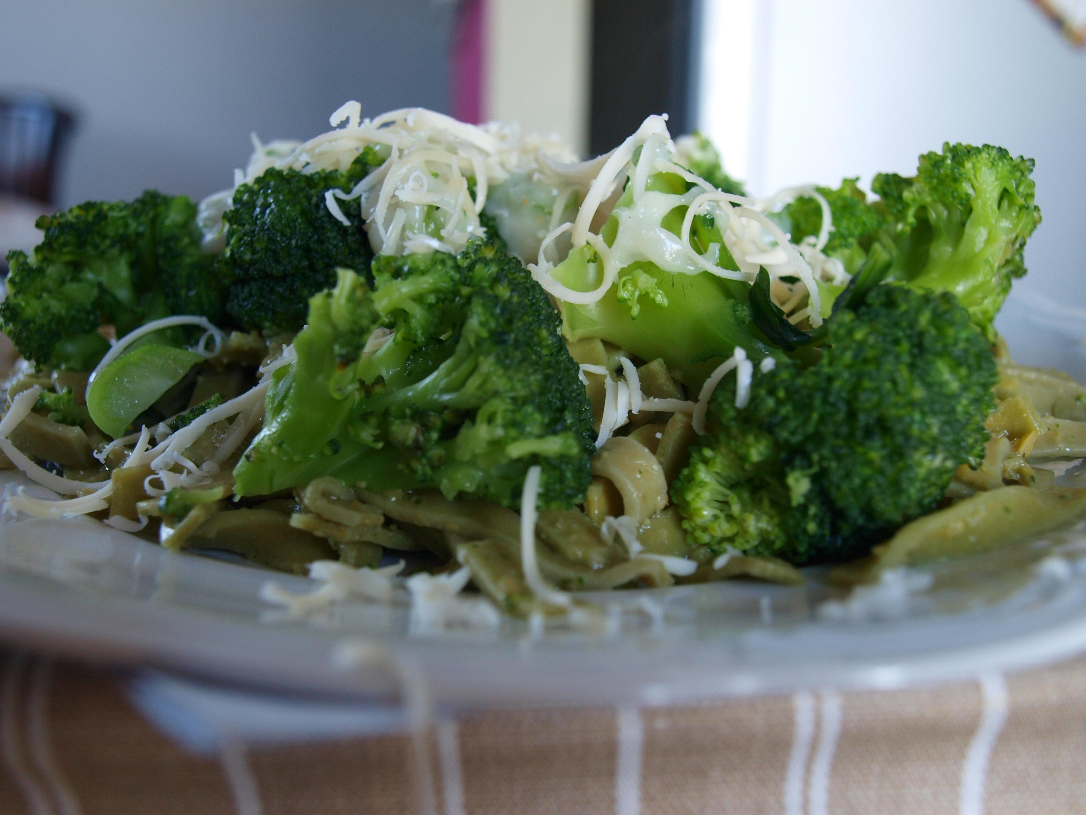 Tagliatelle z brokułami pod beszamelem z czosnkiem