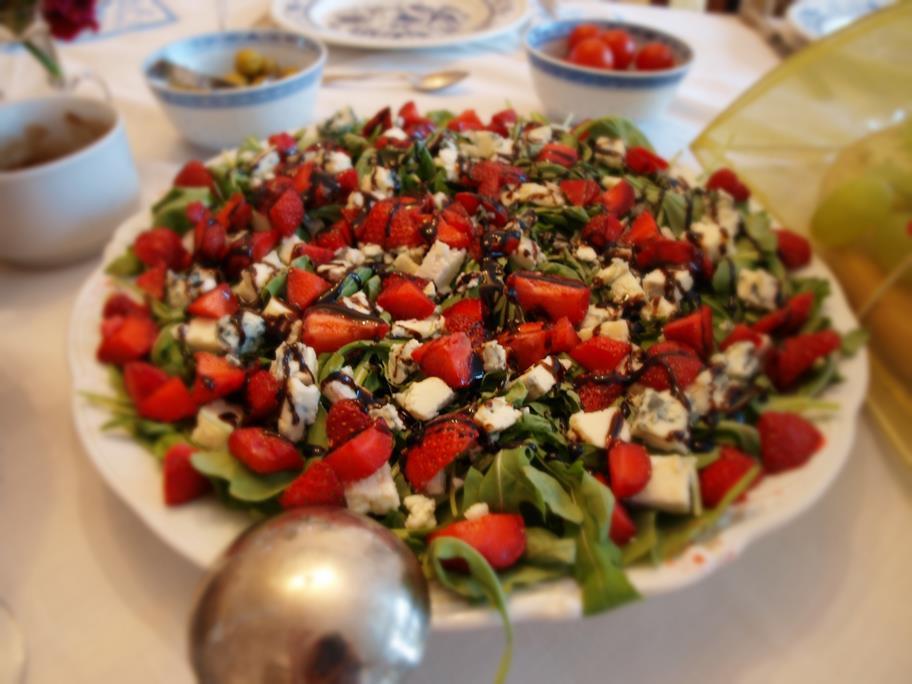 Gorgonzola, truskawki, rukola