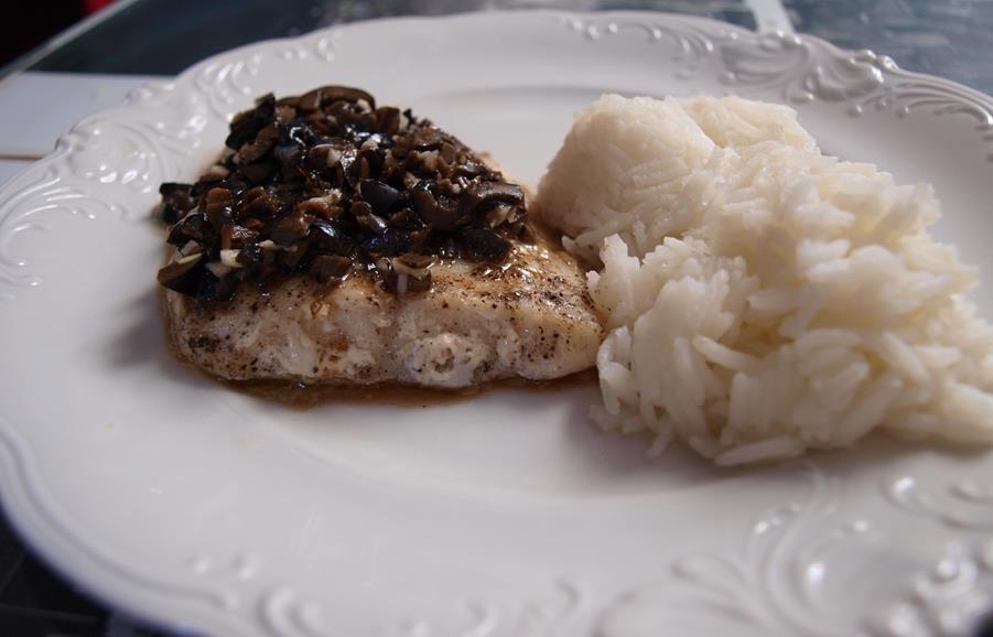 Salsa z czarnych oliwek do ryby z pieca