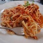 Klasyczne spaghetti z sosem pomidorowym i bazylią