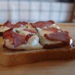 Crostini z gorgonzolą, suszonymi pomidorami i prosciutto