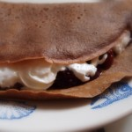 Naleśniki czekoladowe z wiśniami i kremem śmietankowym (les crêpes au chocolat et la crème chantilly)