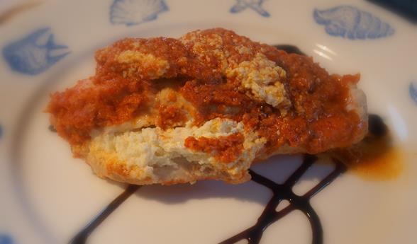 Kurczak faszerowany kozim serem pieczony w czerwonym pesto