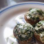 Pieczone pieczarki faszerowane serem pleśniowym i szpinakiem