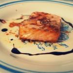 Łosoś pieczony w glazurze z imbiru, miodu i sosu sojowego