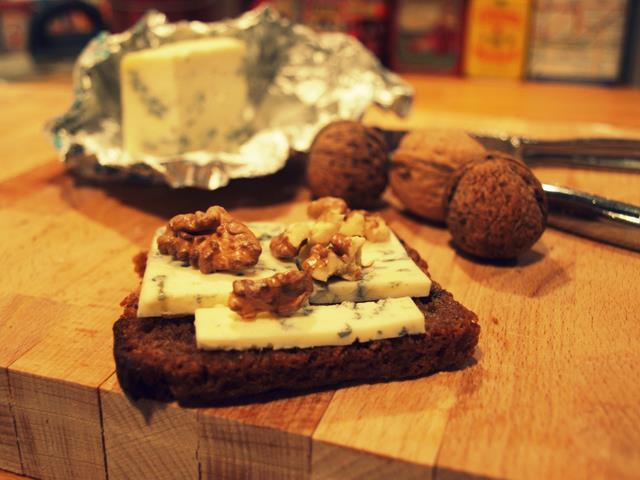 Razowe crostini z gorgonzolą i orzechami