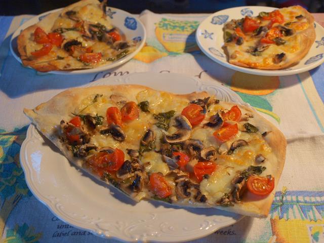 Chrupiąca pizza na bazie caprese