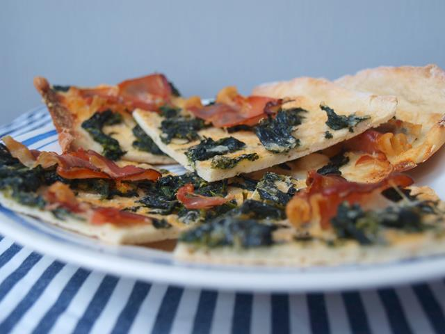 Chrupiąca parmeńska pizza ze szpinakiem