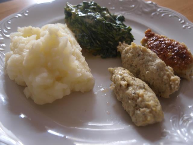 Drobiowe cepelinki z pesto podane z pusztysym purée i potrawką ze szpinaku