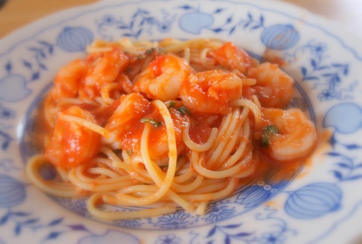 Proste spaghetti z sosem pomidorowym i krewetkami i day after