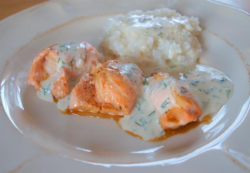 Grillowane krewetki królewskie zawijane w sojowym łososiu z ryżem jaśminowym w sosie cytrynowym