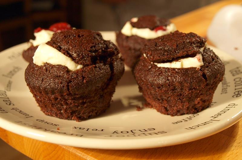 Muffinki wytrawno-mocno czekoladowo-chillowe z kremem mascarponowym z wiśniami