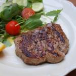 Filet mignon w sosie z zielonego pieprzu i stek idealny