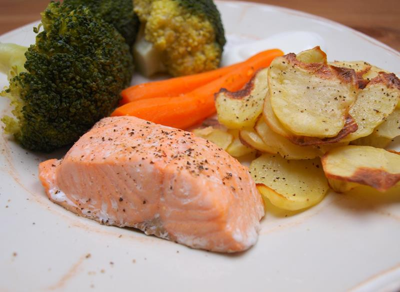 Łosoś z warzywami na parze i z chudymi chipsami czyli normalny obiad z minimalną ilością kalorii