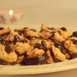 Spontaniczne sklejki sezamowo-migdałowe z kremem gorzko czekoladowym czyli ciastka o smaku makaroników i wyglądzie bitków