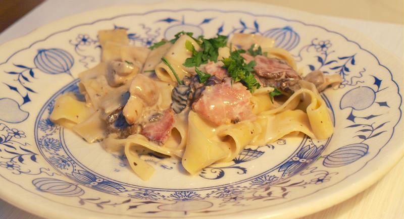Makaron z grzybami, szynką parmeńską w kremowym sosie w 10 minut
