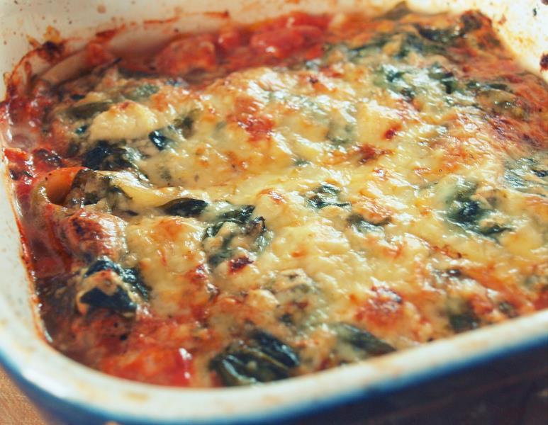 Conchiglioni na sosie pomidorowym z ricottą, szpinakiem i parmezanem