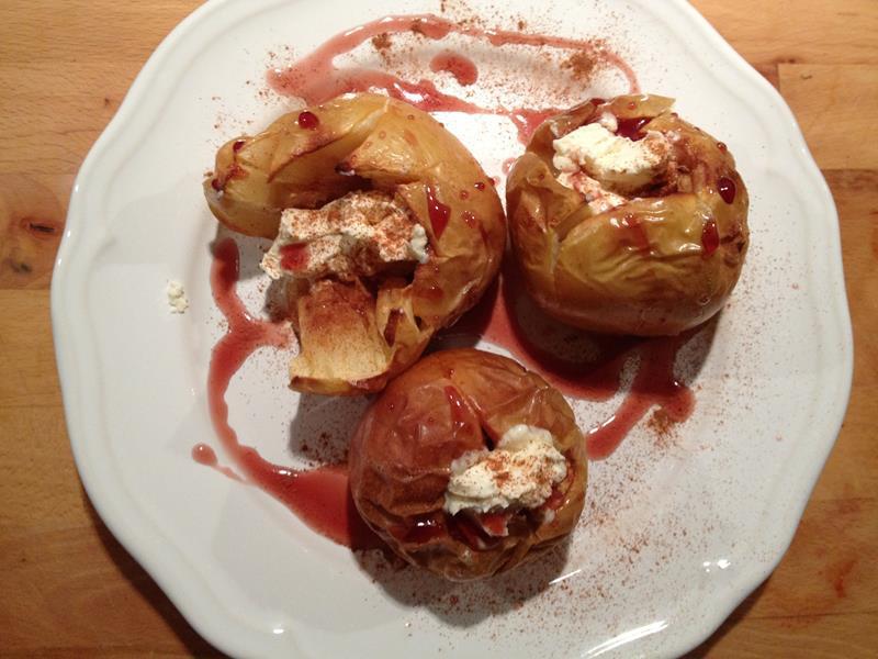 Pieczone jabłka z cynamonem, jogurtem i syropem wiśniowym