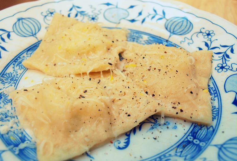 Ravioli z ricottą, peccorino, skórką cytrynową i ziołami