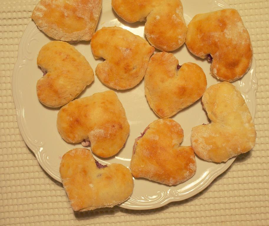 Walentynkowe serduszkowe słodkie ciasteczka drożdżowe z borówkami, twarożkiem i wanilią