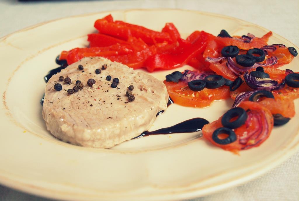 Stek z tuńczyka z czerwonymi warzywami