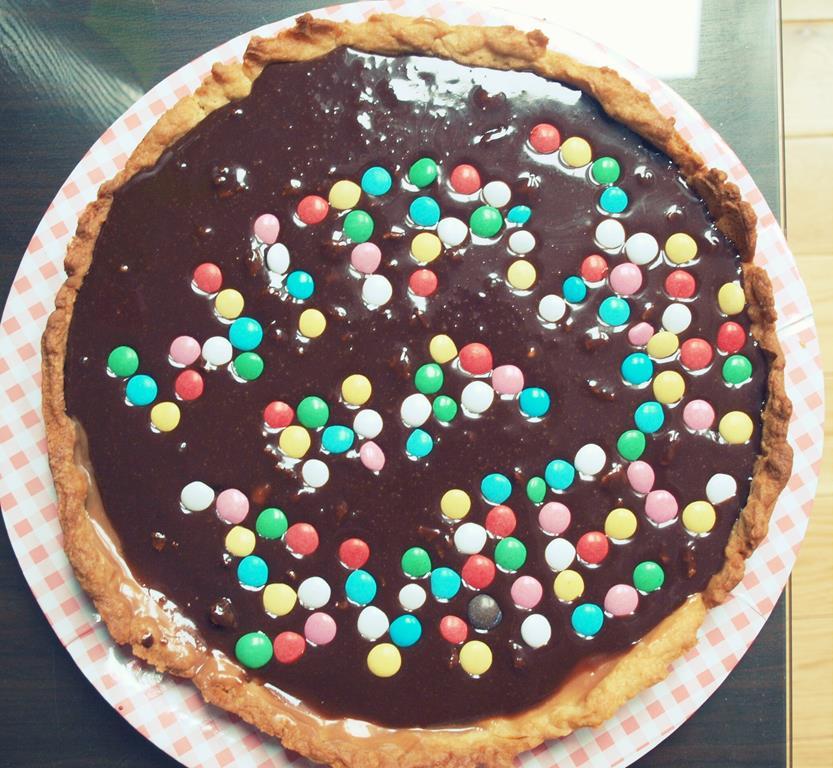Tarta z domowym toffi, czekoladą i lentilkami (Tarta twix)