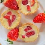 Tartaletki z waniliowym sosem angielskim i truskawkami