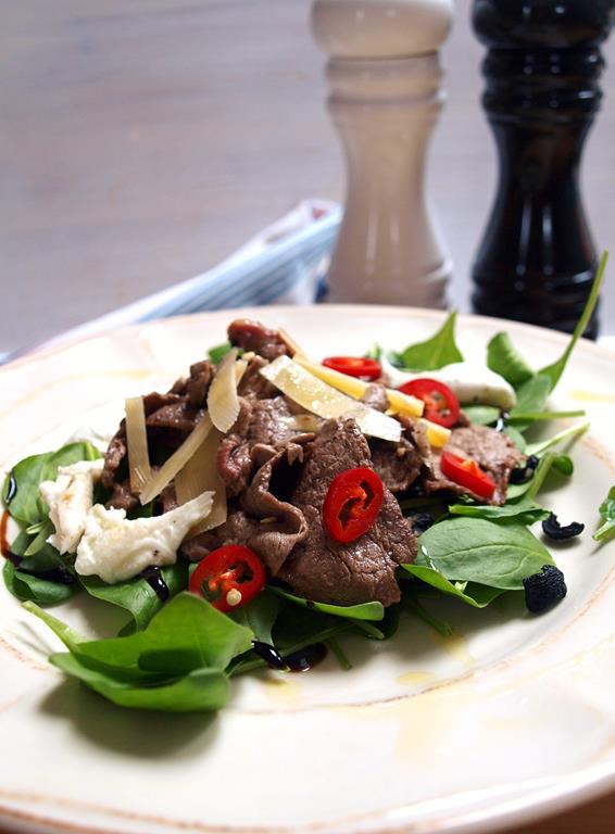 Sałatka z wołowiną, parmezanem i chilli