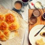 Łatwe, odrywane drożdżowe bułeczki śniadaniowe
