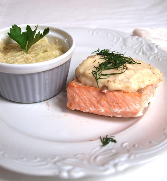 Łosoś na parze (lub w piekarniku) pod beszamelem z wasabiowym purée z pietruszki