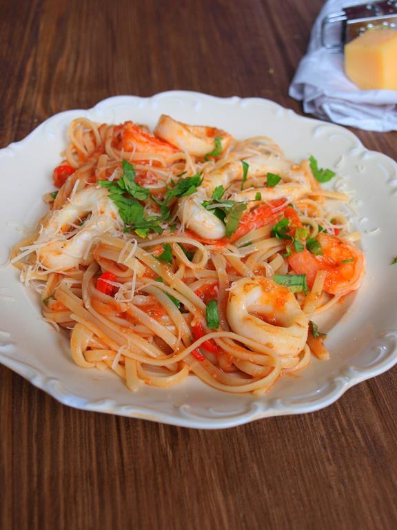 Linguini z pomidorami i owocami morza