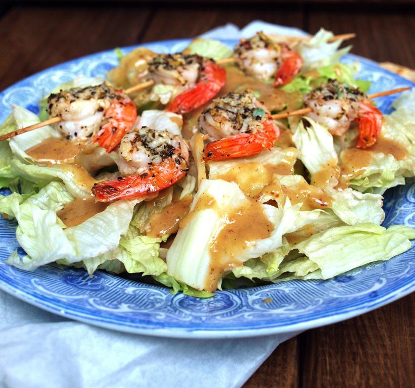 Najpyszniejszy dressing eva i najprostsze danie pod słońcem czyli czosnkowo-ziołowe krewetki z grilla na sałacie z sosem musztardowo-miodowym