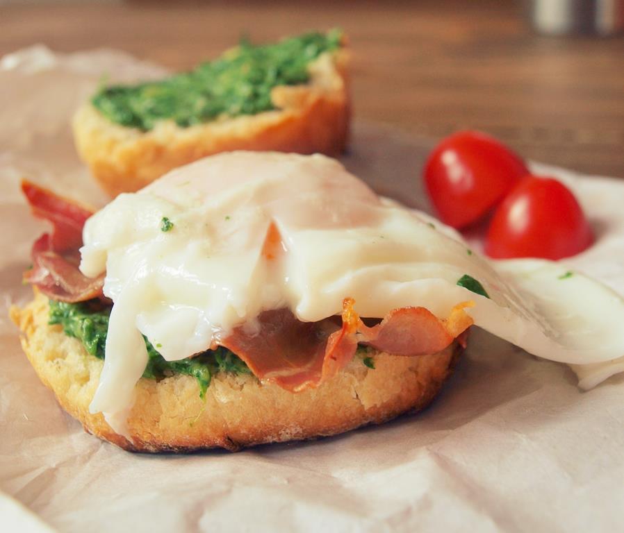 Śniadaniowy hamburger ze szpinakiem, grillowaną parmeńską i jajkiem w koszulce, croque madame
