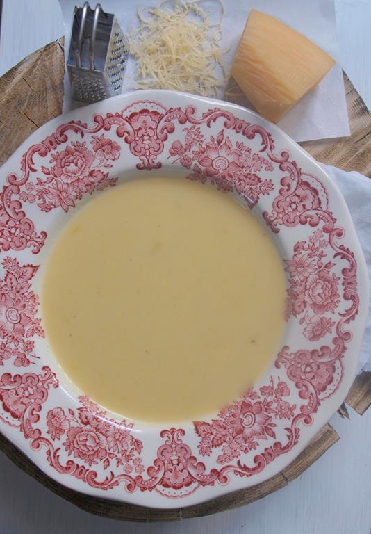 Krem z białych warzyw z parmezanem i jajkiem w koszulce