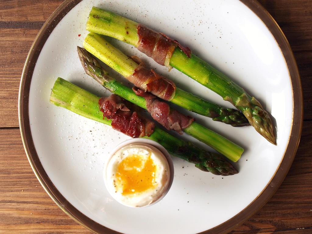 Szparagi z szynką parmeńską i jajkiem na miękko