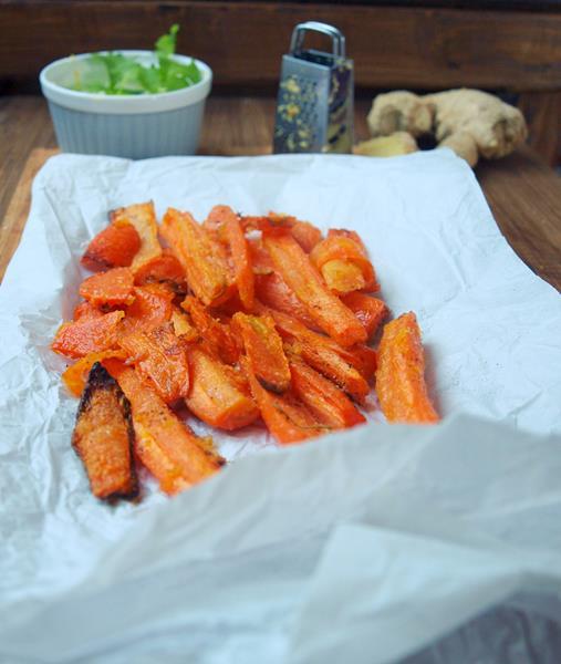 Frytki marchewkowe z imbirem i kolendrowym jogurtem