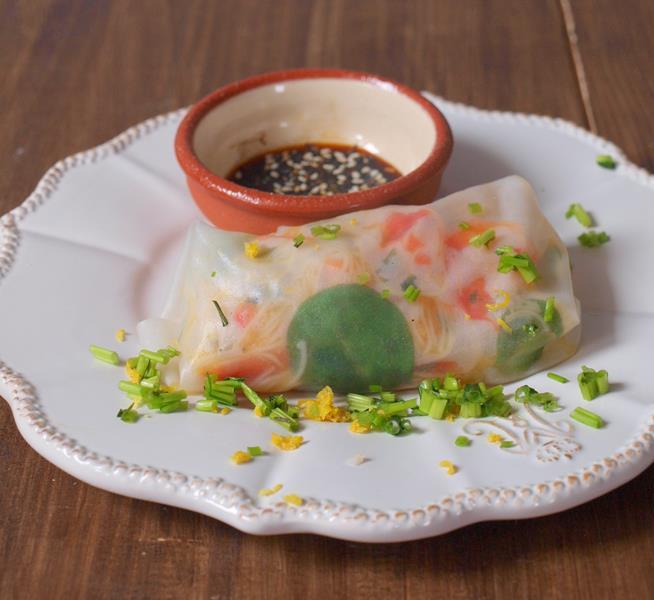 Spring rollsy na 2 sposoby - z papieru ryżowego i z liści nori
