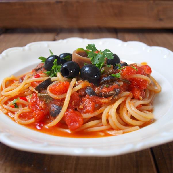Spaghetti alla puttanesca czyli whore's style spaghetti