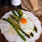 Szparagi z vinaigrette, parmezanem i jajkiem smażonym