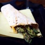 Tortilla ze szparagami, ricottą, serrano i parmezanem