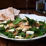 Cudna prosta sałatka z najpyszniejszym dressingiem – sałatka z sosem miodowo-musztardowym z pleśniakiem, kurczakiem i miętą
