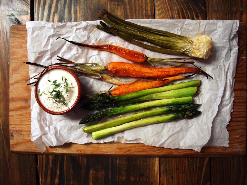 Pieczone młode warzywa z dipem