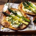 Chrupiące pizze z ricottą, szparagami, czosnkową oliwą i tymiankiem