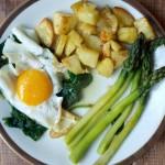 Szparagi z bułką tartą, jajkiem i pieczonymi ziemniakami