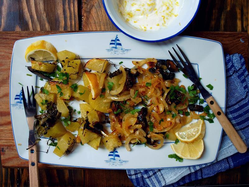 Prosta zapiekanka z podwędzanymi małżami, ziemniakami i ziołami