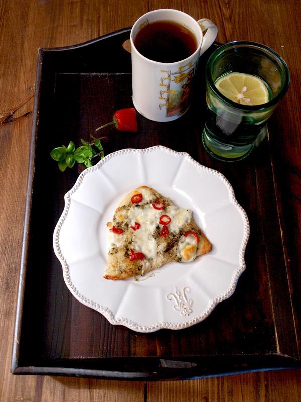 Wyjątkowa pizza z domowym prostym pesto i zielonym chilli