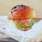 Salmon burger z puree z groszku i sosem tatarskim
