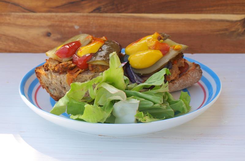 Kanapki z mięsem z wczorajszego obiadu (bitki lub karbinadle)