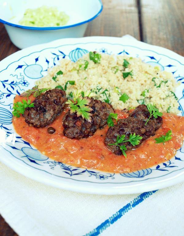Beef kofta w sosie curry z tzatzikami i couscousem