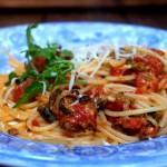 Spaghetti z wędzonymi małżami i pomidorami